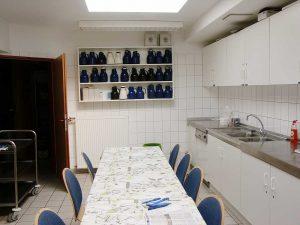 Küche mit Abstellfläche