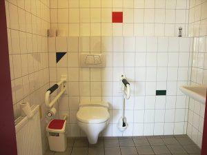 grosse Toilette für Menschen mit Behinderungen